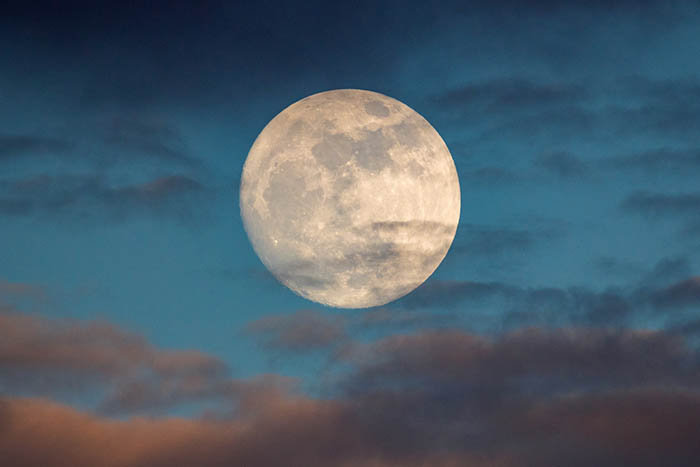 Círculo de mujeres alrededor de la luna llena